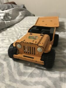 VINTAGE-JEEP-TONKA-WITH-PRESSED-STEEL-TILT-TRAILER-EQUIPMENT-HAULER-BONE-B