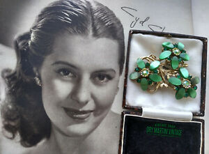 VINTAGE-1950s-EMERALD-GREEN-RHINESTONE-THERMOSET-FLORAL-BROOCH-PIN-BRIDAL-GIFT