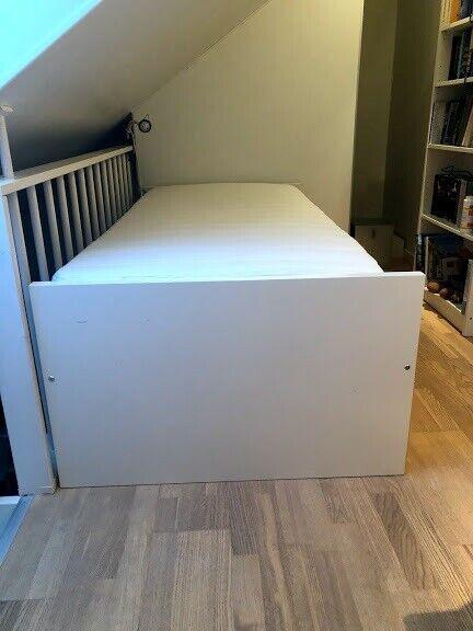 Enkeltseng, Ikea, b: 90 l: 200 h: 60