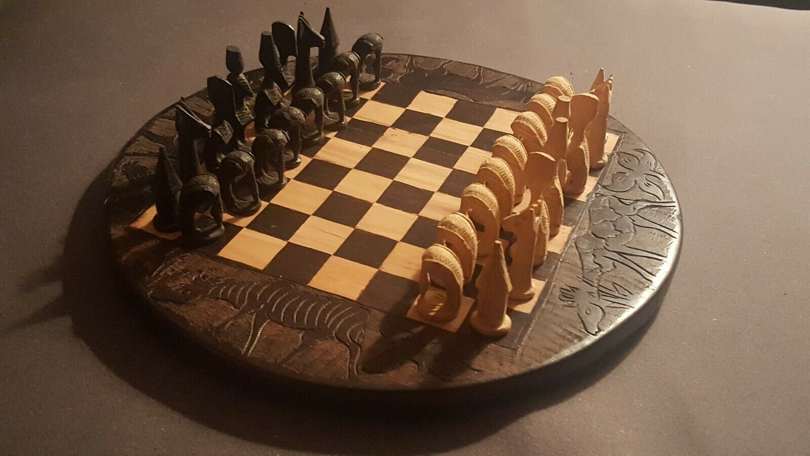 Tablero de ajedrez africano antiguo tallado tallado tallado a mano 485