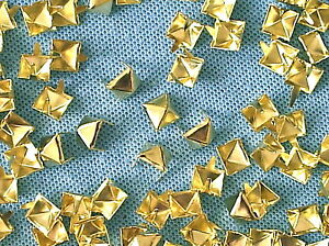 50-x-Pyramid-Clothing-studs-gold-colour-8mm-STUD-003