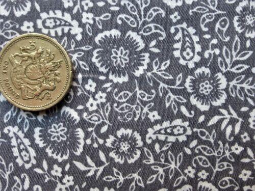 FAT TRIMESTRE coton popeline blanc avec fleurs et feuillages sur fond gris