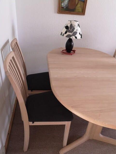 Massivt spisebord i sæbebehandlet eg   Randers SV