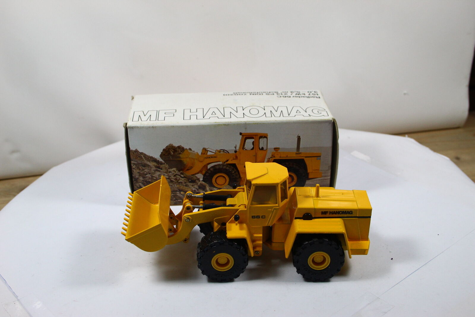569 cursor hanomag mf shovel 66c yellow 1 50
