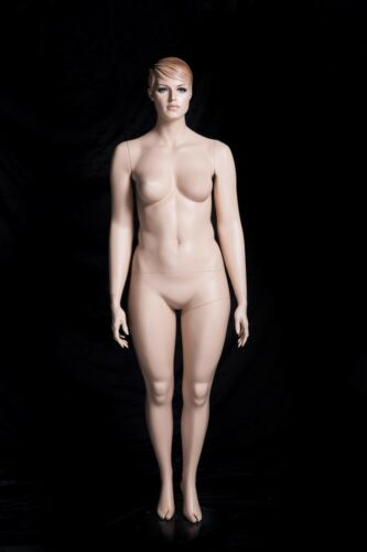 Schaufensterpuppen weiblich mit Kopf lebensecht und geschminkt Hautfarbe stehen
