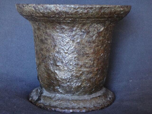 Ancien mortier fer Antique iron mortar XVII
