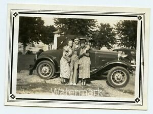 1930s-snapshot-photo-Man-and-Ladies-by-car-Marblehead-Ohio