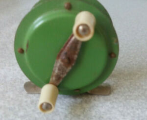 VINTAGE-SMALL-GREEN-METAL-amp-BAKELITE-FISHING-REEL-2-1-2-INCH-DIAMETER