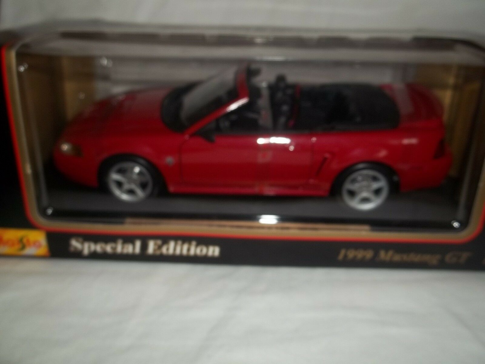 Maisto 31861 Ford Mustang GT Congreenible 1999 Red 1 18 Mint & Boxed