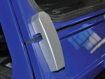 Land Rover Defender Billet Alloy Windscreen Brackets in Silver DA1142