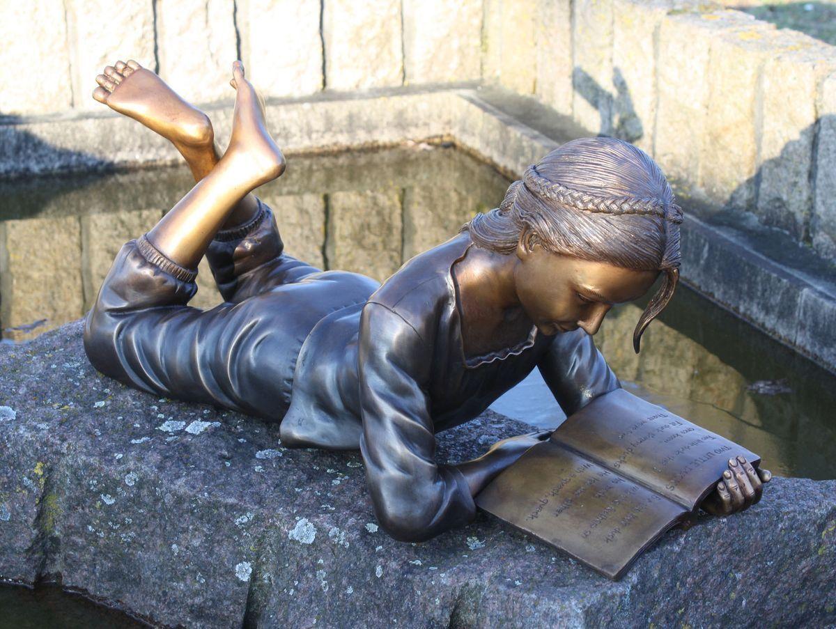 Bronzo Figura di un sottostante leggere ragazza