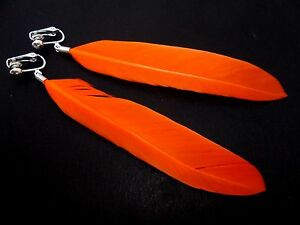 Nueva. Un par de largo naranja pluma colgantes pendientes de clip