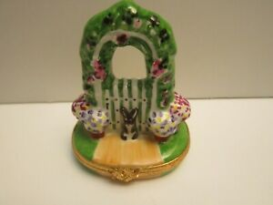 NEW-FRENCH-LIMOGES-TRINKET-BOX-ARTORIA-BUNNY-RABBITGARDEN-GATE-amp-FLORAL-TRELLIS