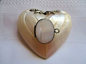 ANTIQUE-VINTAGE-UNUSUAL-amp-RARE-MOTHER-OF-PEARL-HEART-SHAPED-SNUFF-TRINKET-BOX