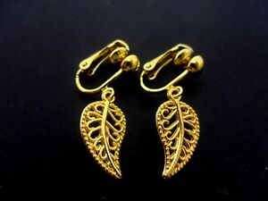 19a2b8387 A PAIR OF CUTE LITTLE GOLD COLOUR LEAF DANGLY CLIP ON EARRINGS. NEW ...