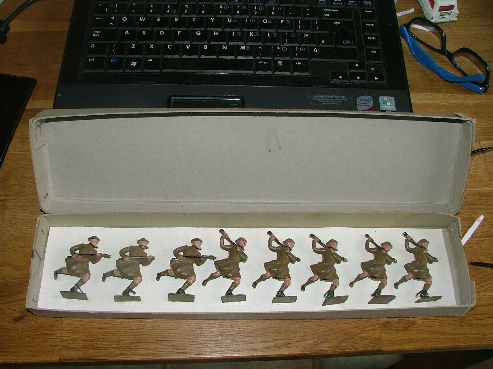 VINTAGE BRITAINS PRE WW1 CAMERON HIGHLANDERS ORIGINAL BOX AND AND AND STRUNG 8ea