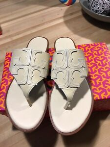 980e1644d024 TORY BURCH JAMIE FULL LOGO LEATHER FLAT SANDAL THONG Dulce de leche ...
