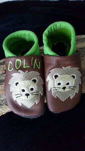 Krabbelschuhe/Lederpuschen Leder bestickt mit Namen Löwe Junge/Mädchen Baby Kind
