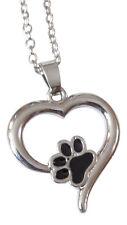 Collier, pendentif motif patte d'animal, chien, chat dans coeur argenté.