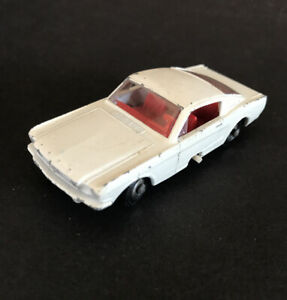 Vintage-Lesney-Matchbox-8-Blanco-Ford-Mustang-Fastback-Volante-Interior-Rojo-un