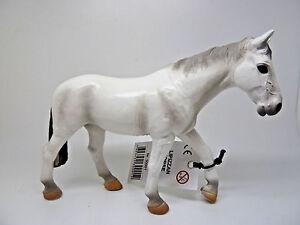V15-Maia-amp-Borges-30001-situada-cerca-yegua-caballos-diseno-identico-con-Schleich-13262