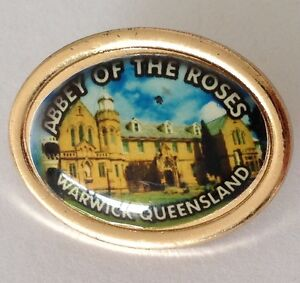Abbey-Of-The-Roses-Warwick-Queensland-Pin-Badge-Rare-Vintage-Souvenir-G6