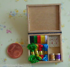Nähkästchen mit Garnrollen, Nadeln, Stickgarn undSatinband Miniatur Puppenstube