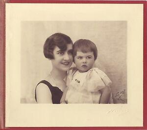 Mere-avec-son-enfant-dans-l-atelier-de-Nadar-Paris-Vintage-argentique-signature