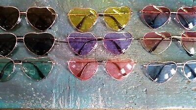 Schmale Sonnenbrille geometrisch herzförmig verschiedene Farben rot schwarz