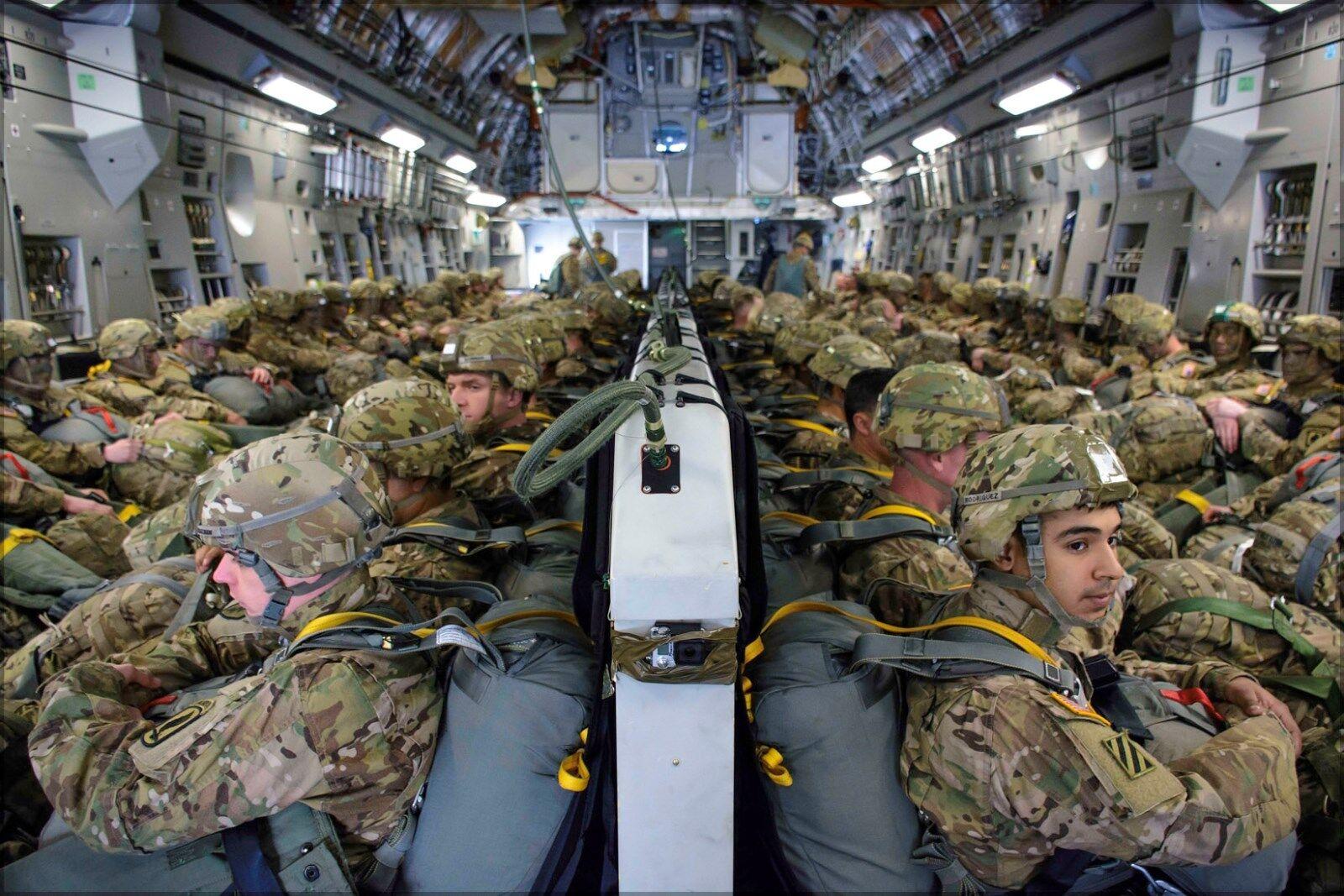 Poster, Many Größes; U.S. Army Airborne Paratroopers Aboard C-17 Globemaster