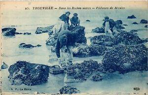 CPA-Trouville-Dans-les-Roches-noires-Pecheurs-de-Moules-516015