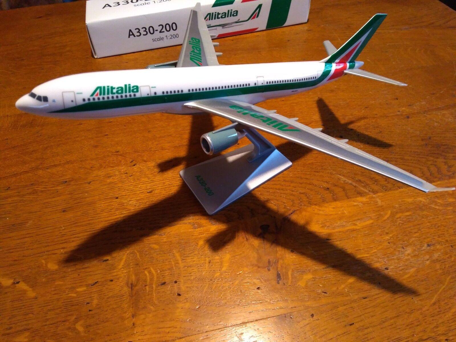 AIRBUS A330-200 ALITALIA   ECHELLE 1 200  haute qualité