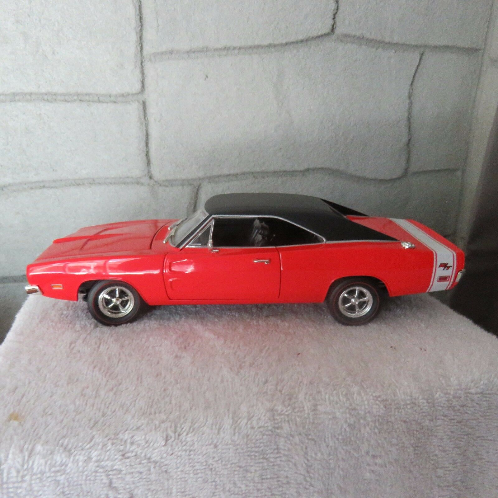 outlet 1969 1969 1969 Dodge Charger Hemi R T 1 18 scale die cast caliente ruedas rosso  ultimi stili