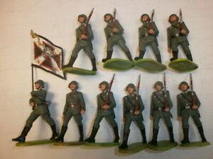 Konvolut-10-alte-Elastolin-Kunststoff-Soldaten-zu-7-5cm-Fahnentraeger-Marschzug