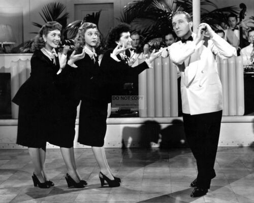 """8X10 PUBLICITY PHOTO CC366 BING CROSBY w// THE ANDREWS SISTERS /""""ROAD TO RIO/"""""""