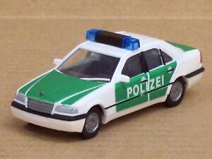 Mercedes-Benz-C-Klasse-Polizei-in-gruen-weiss-ohne-OVP-AWM-AMW-1-87