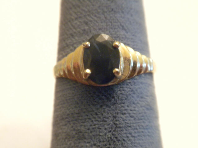 BEAUTIFUL VINTAGE BLUE SAPPHIRE SET IN SCALLOPED GOLD  RING SIZE 6.5