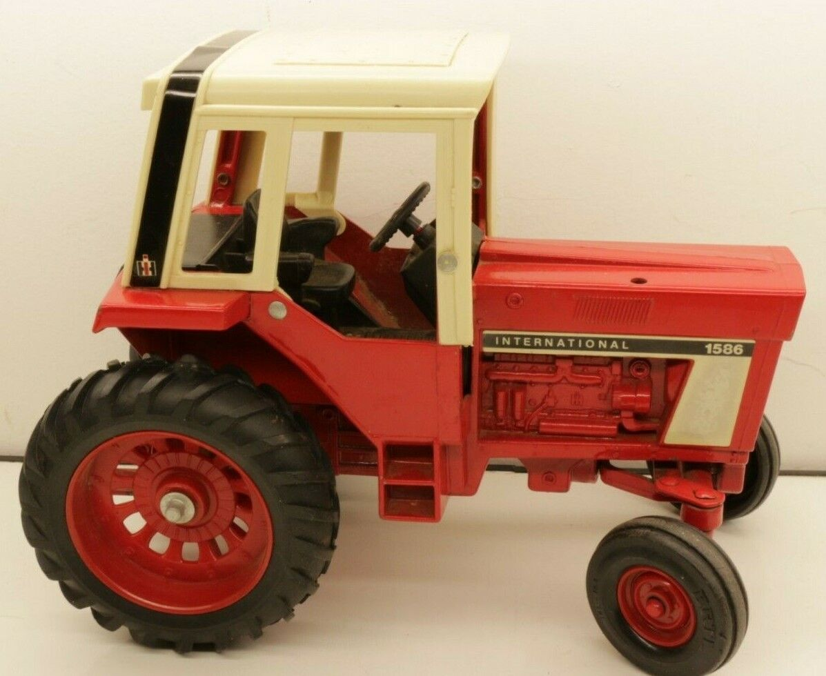 Vintage Ertl 1 16 Scale International Model 1586 1586 1586 Toy Tractor Made in Iowa USA 735a4b