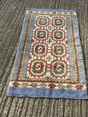 traditional style area rug / carpet