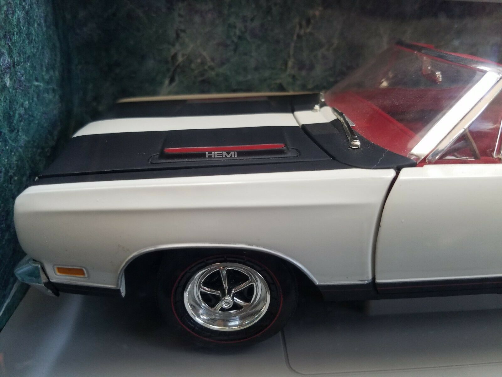 AMERICAN MUSCLE 1969 PLYMOUTH GTX WHITE DIECAST CAR  1 18