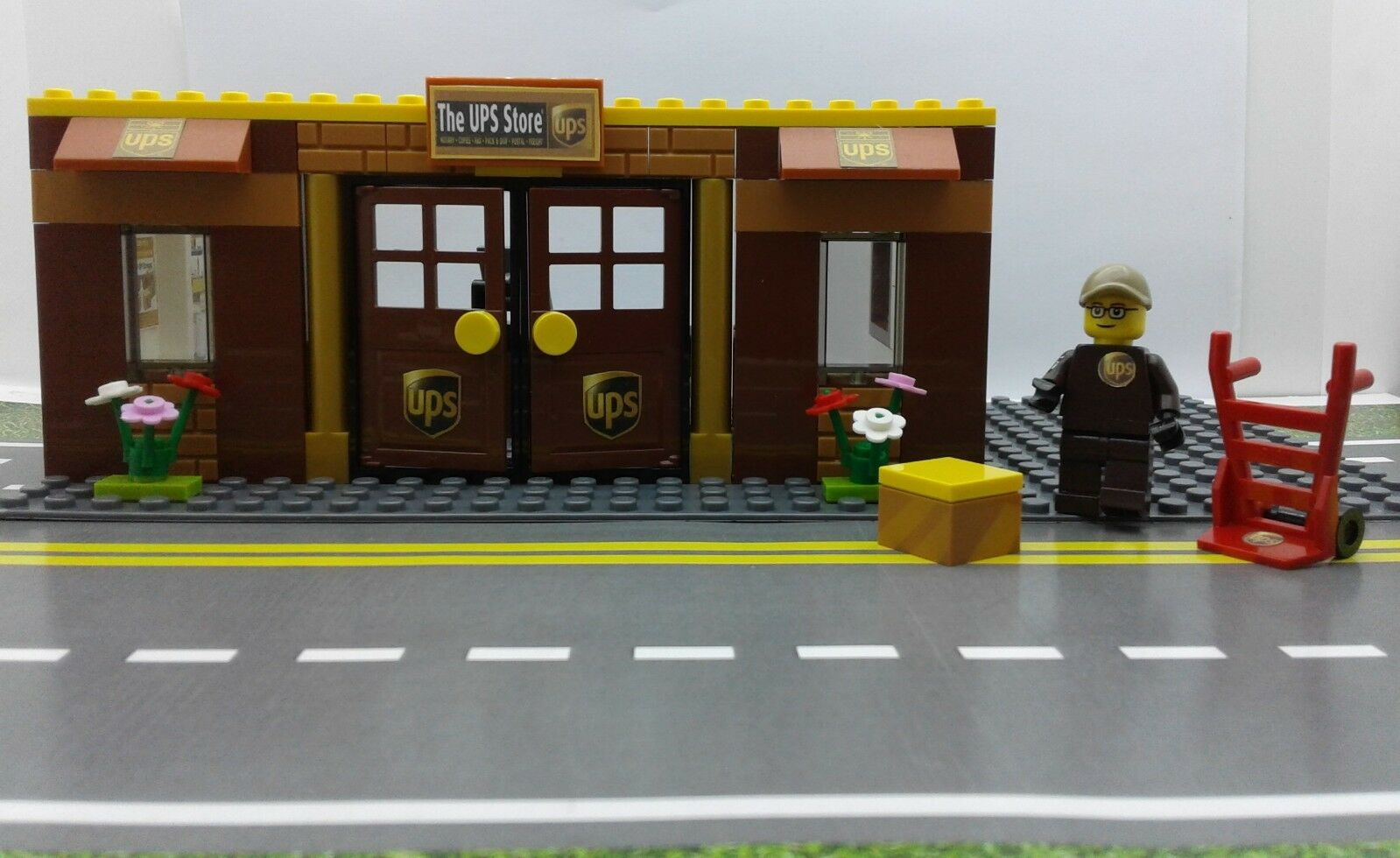Lego Custom City UPS STORE / OFFICE. MINIFIG. PARKING. Ready to Play