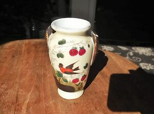 VINTAGE-ELEGANT-SMALL-GILDED-HANDPAINTED-URN-VASE-EXOTIC-BIRD-amp-CHERRIES-4-5-034