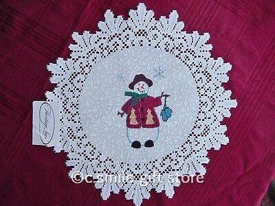 """Heritage Lace *CLASSIC SNOWMAN - RED COAT & BLUE MITTENS* 15"""" Round Doily White"""