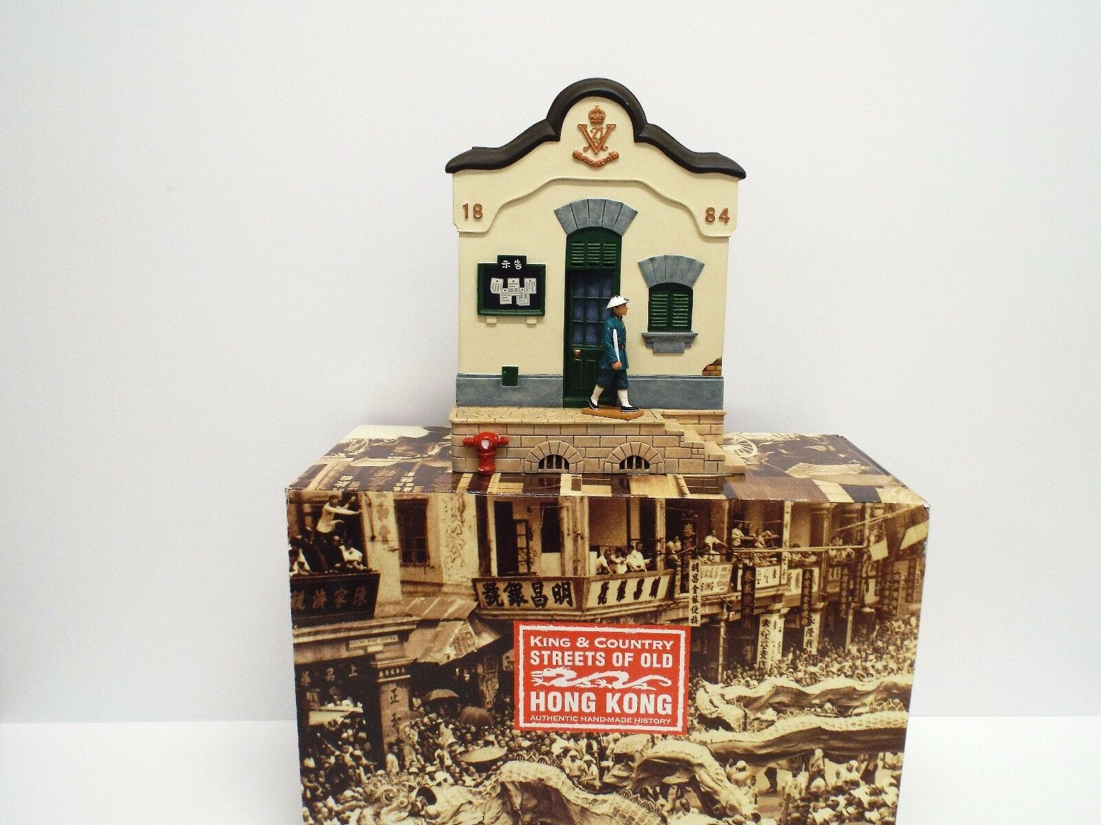 KING AND COUNTRY HK140 HK140 SOOHK POLICE STATION & FIGURE BOXED (BS1809)
