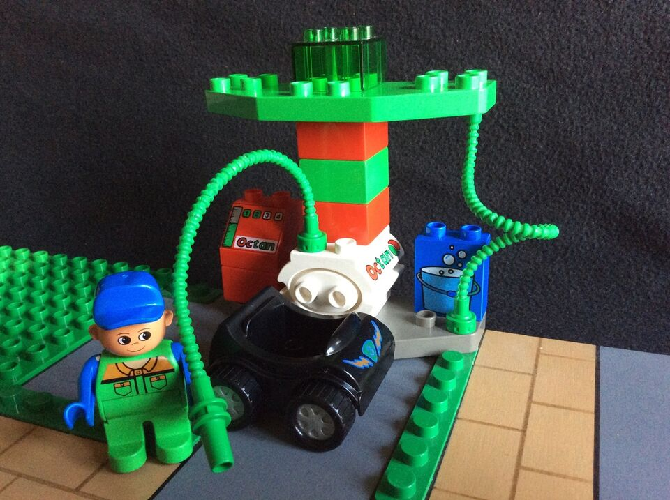 Lego Duplo, LEGO - Tankstation m. Figur + Bil , som NYT !