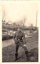 Deutscher Soldat am Bach bei Krosno Polen