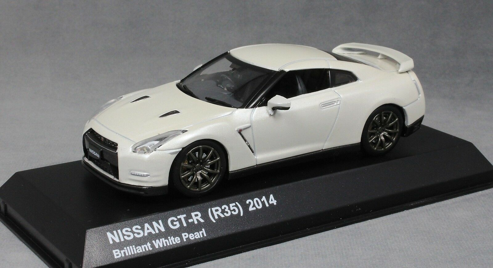 Kyosho Nissan GT-R R35 in Brilliant White Pearl 2014 03744BW 1 43 NEW