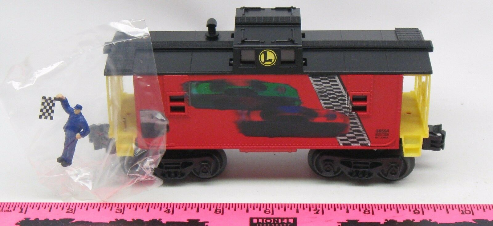 Lionel   636594 NASCAR caboose with flag man