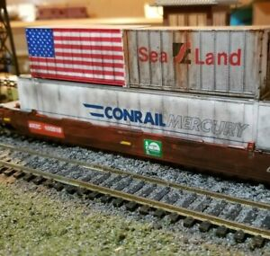 ATHEARN-Weathered-HUSKY-STACK-WELL-CAR-ARZC-WITH-3-CONTAINERS-flag-HO-patched