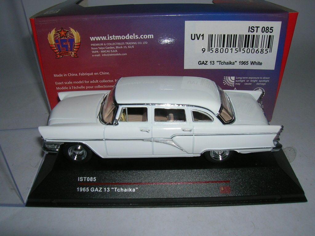 IXO est GAZ 13  TCHAIKA  année modèle 1965 Blanc blanc 1 43 ist085